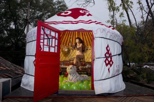 王建扬 北京宅系列-蒙古包狩猎女孩 2013 喷墨输出艺术相纸 80x120cm