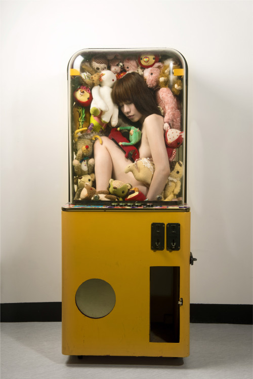 王建扬 夹娃娃机女孩 2012 喷墨输出艺术相纸 165x110cm