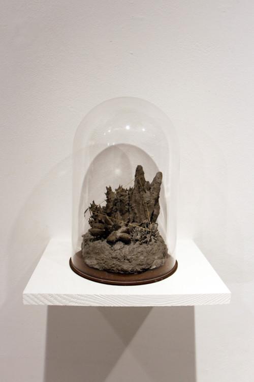 盧之筠 正三角 複合媒材(水泥、人造植物、銅、縫衣針) 15x15x23.5cm