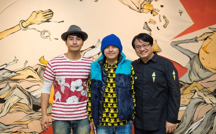 左起:藝人郭彥甫、藝人黃子佼、尊彩藝術中心負責人余彥良