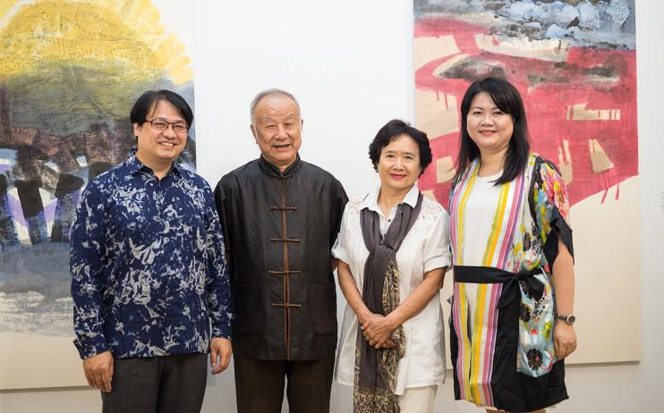 左起:尊彩藝術中心負責人余彥良、藝術家劉國松、藝術家李重重、尊彩藝術中心總經理陳菁螢