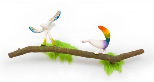 蔡潔莘  彩虹雨村落的鳥兒們III  2016  紙漿、染料、壓克力顏料、鐵網、不鏽鋼骨架、毛布     55x130x26cm